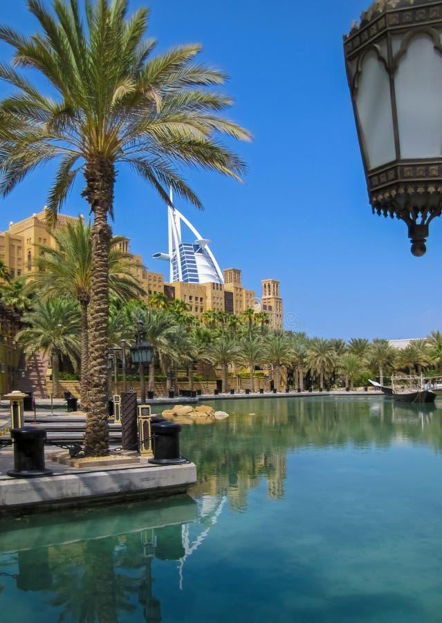 A água canaliza o recurso árabe de Madinat Jumeirah fotos de stock royalty free