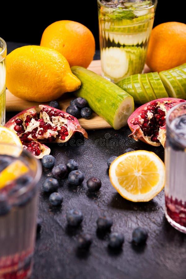 Água caseiro saudável da vitamina das frutas e legumes foto de stock