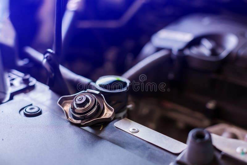 Água cheia em radiador de automóveis, água de controlo mecânico em radiador de automóveis, serviço e manutenção de automóveis ou  fotografia de stock