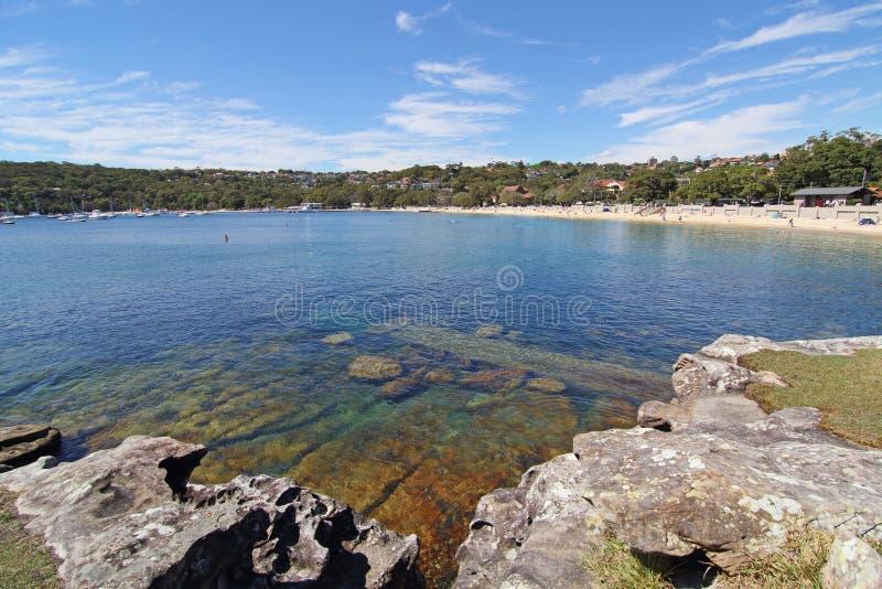 Água clara com o céu azul claro foto de stock
