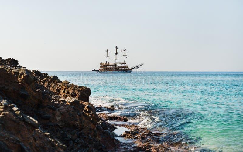 Download Água Clara Do Mar Mediterrâneo Na Praia De Cleopatra, Alanya, Turquia Foto de Stock - Imagem de pirata, praia: 80101892