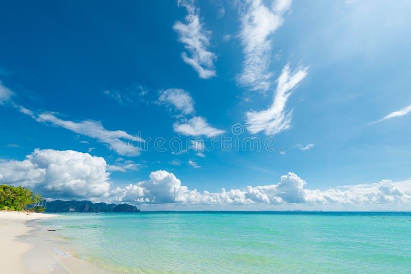água clara pura do mar de Andaman e da areia branca macia fotografia de stock