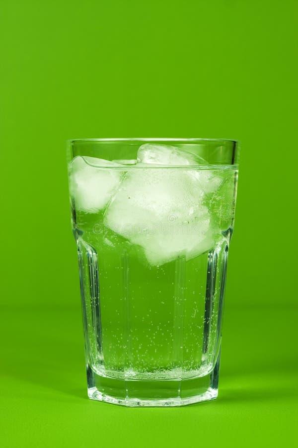 Água com gelo imagens de stock royalty free