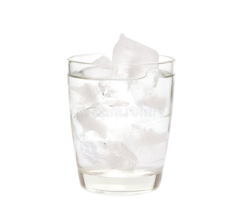 Água com gelo em um vidro foto de stock royalty free