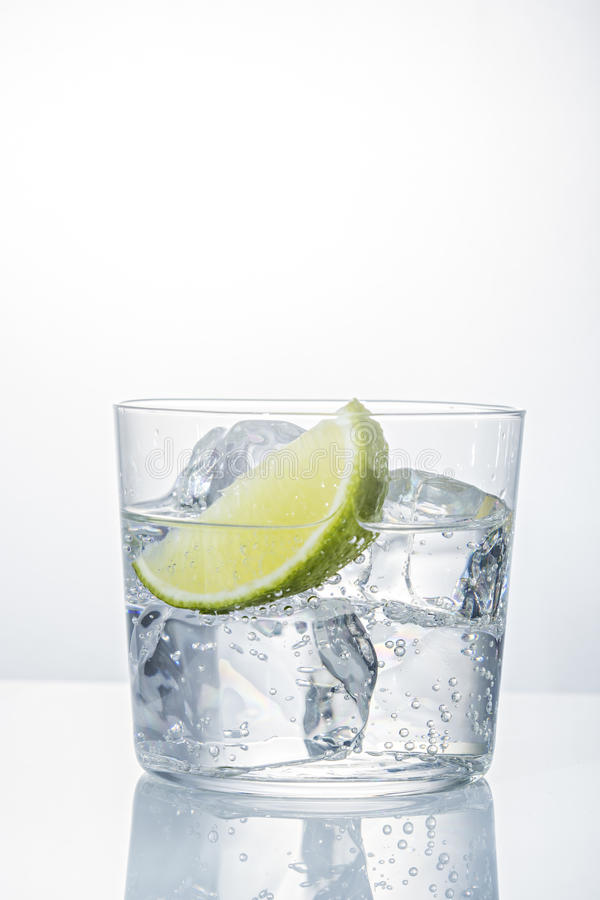 Água com gelo em um vidro imagem de stock