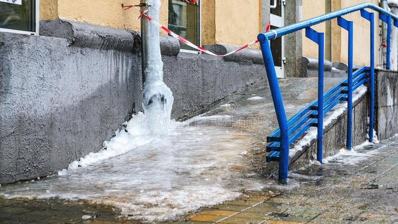 Água congelada no frio amargo do cano imagem de stock royalty free