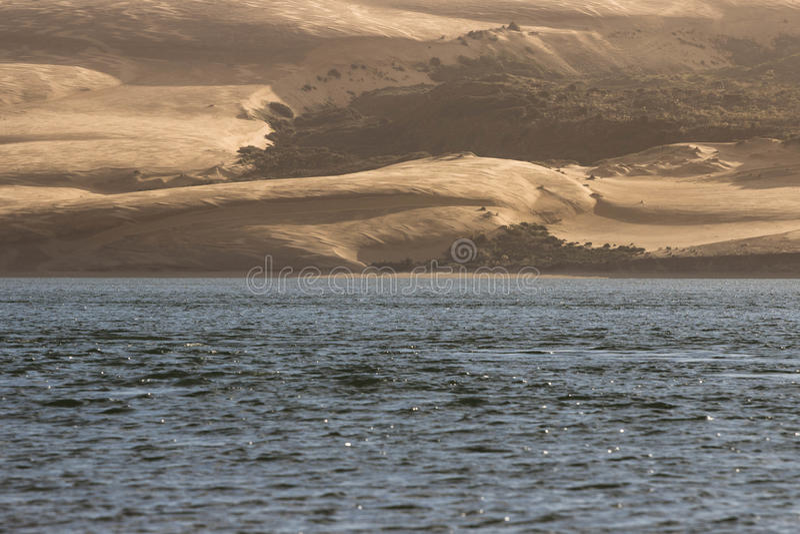 Água contra o deserto fotos de stock