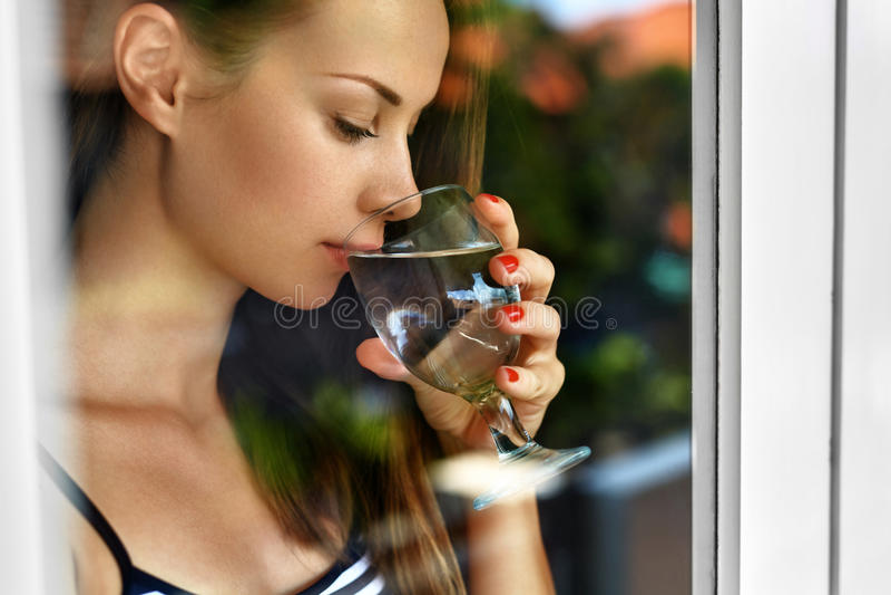 Água da bebida Água potável de sorriso da mulher Dieta Estilo de vida saudável foto de stock