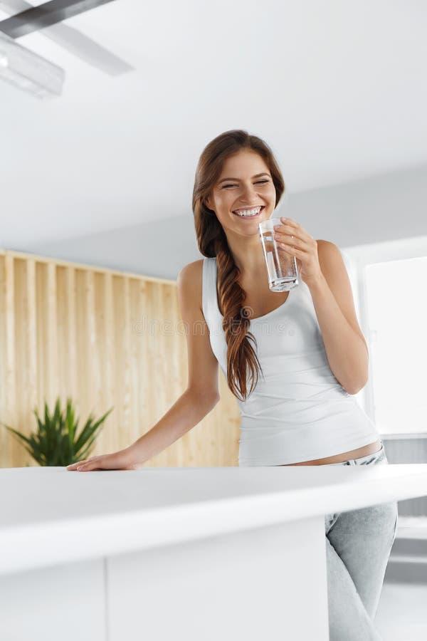 Água da bebida Água potável de sorriso feliz da mulher Lifesty saudável imagens de stock royalty free
