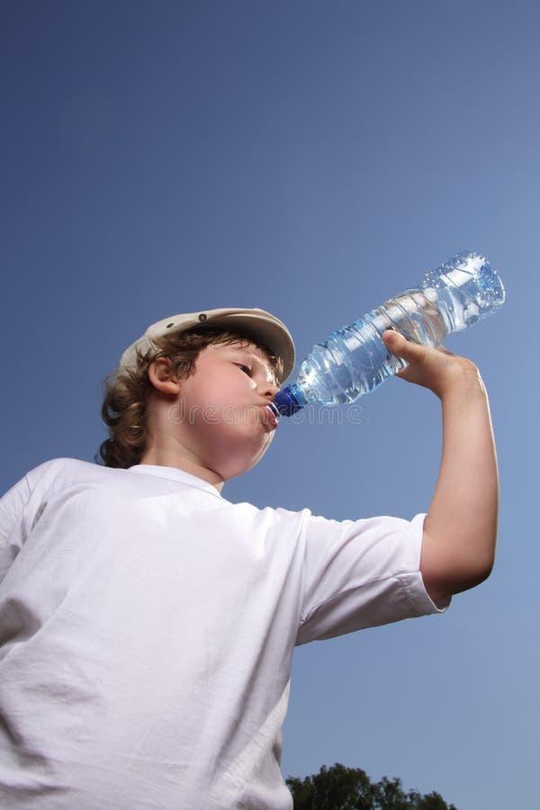 Água da bebida do menino imagem de stock royalty free