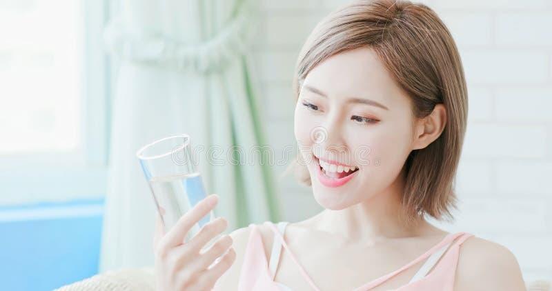 Água da bebida da mulher imagem de stock