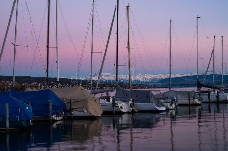 Água da calma do cais da doca do iate do barco de navigação no crepúsculo foto de stock
