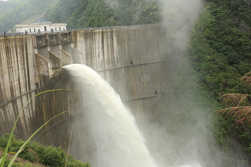 Água da descarga da represa imagens de stock royalty free
