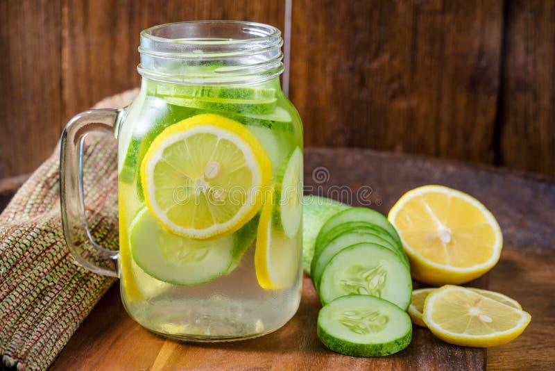 Água da desintoxicação com limão, pepino imagem de stock