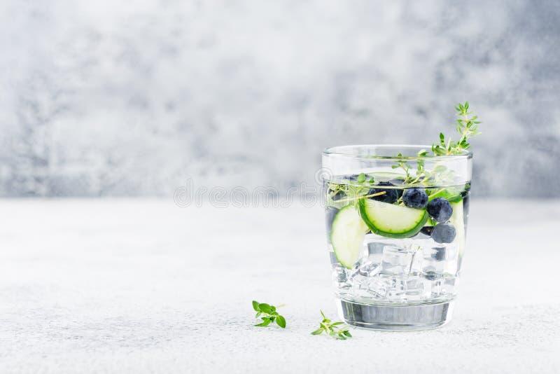 Água da desintoxicação com mirtilo, pepino e tomilho fotos de stock