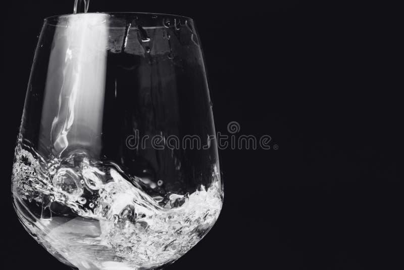 Água da lavagem no vidro no preto imagens de stock