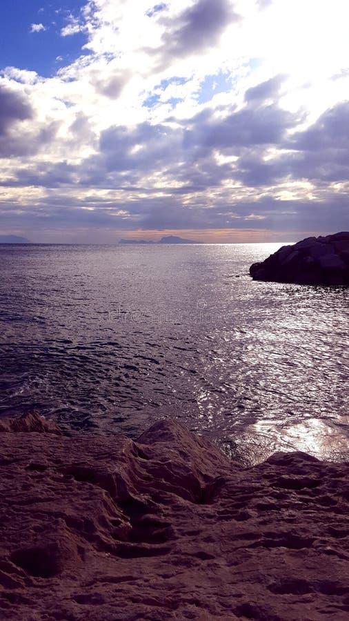 A água da pedra de Sun nubla-se o verão imagens de stock