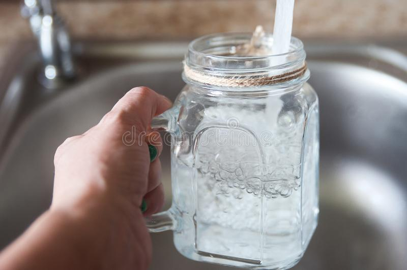Água da torneira em um vidro imagem de stock