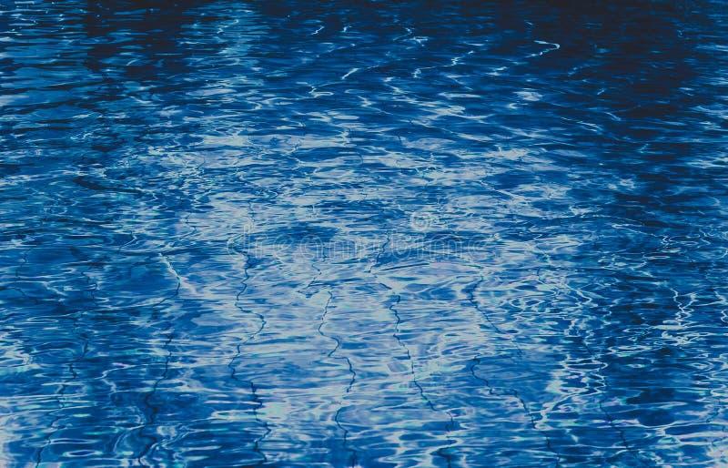 Água de azuis marinhos na opinião da associação de cima de imagens de stock royalty free