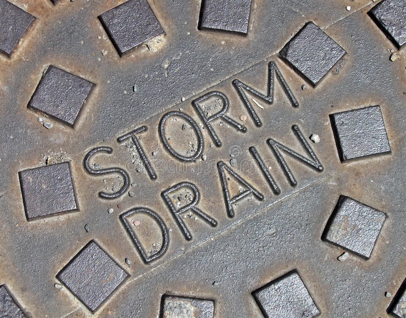 Água de chuva, detalhes da construção do metal da rua, imagens de stock