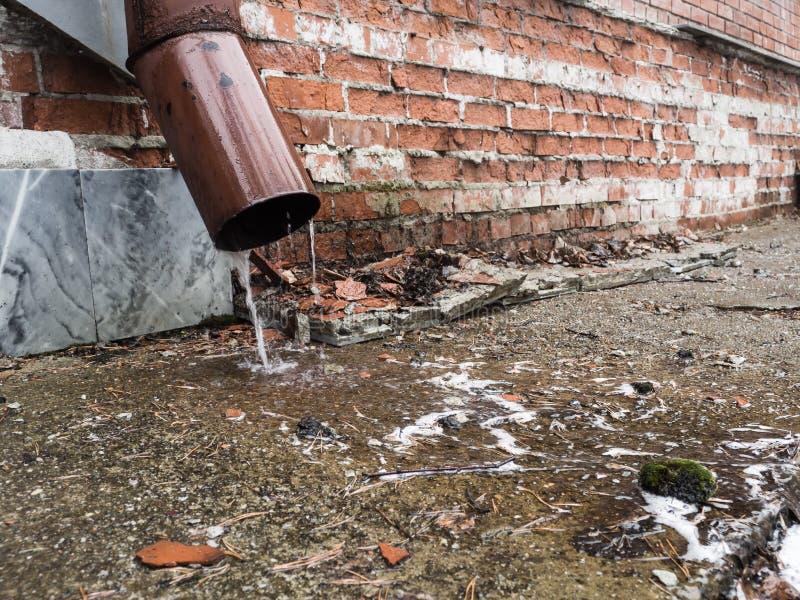 Água de chuva que flui do close up da tubulação de dreno imagens de stock