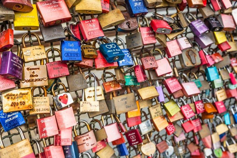 ÁGUA DE COLÔNIA, ALEMANHA - 26 de agosto de 2014, milhares de fechamentos do amor que os queridos travam à ponte de Hohenzollern  foto de stock royalty free