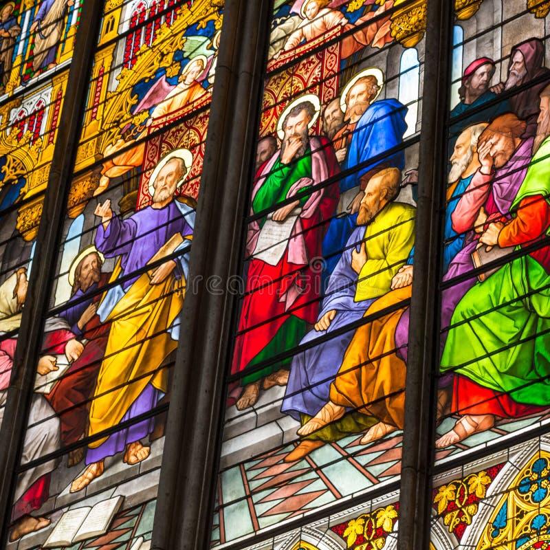 ÁGUA DE COLÔNIA, ALEMANHA - 26 DE AGOSTO: Janela da igreja do vitral com tema do domingo de Pentecostes na catedral o 26 de agost fotos de stock royalty free