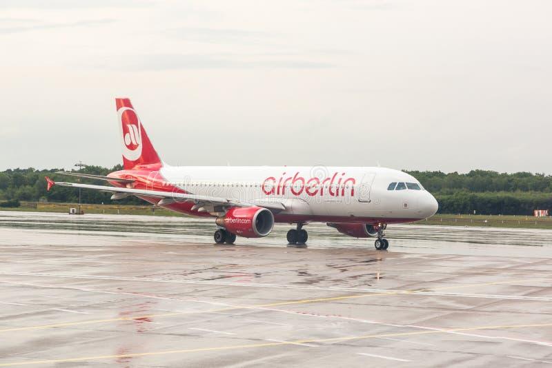 ÁGUA DE COLÔNIA, ALEMANHA - 12 DE MAIO DE 2014: Ar Berlin Airbus A320 em Colog imagem de stock