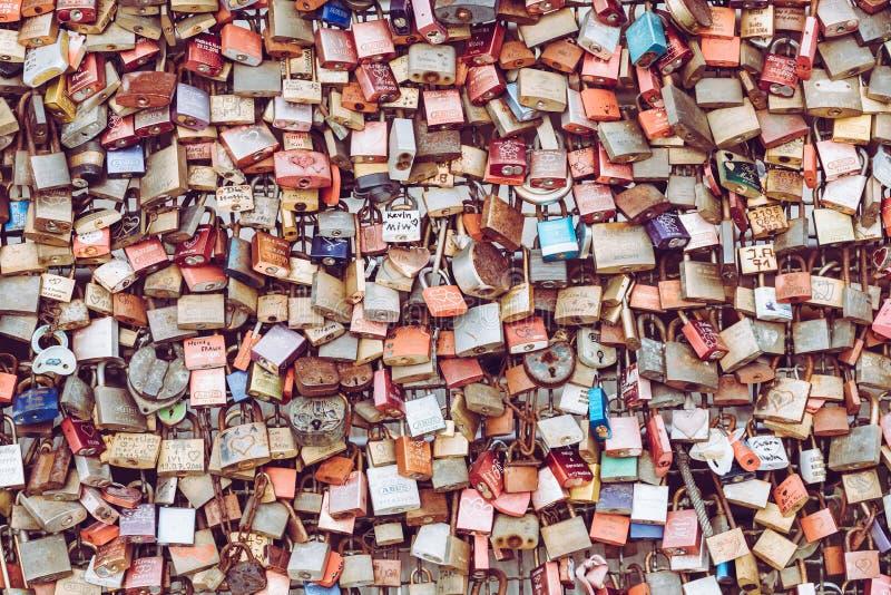 ÁGUA DE COLÔNIA, ALEMANHA - 19 DE FEVEREIRO DE 2018: Os milhares de amor travam o wh imagens de stock royalty free