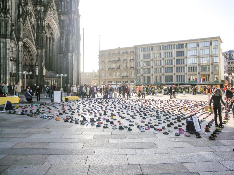 Água de Colônia, Alemanha - 12 de setembro de 2007: protesto do aborto em um quadrado de cidade com centenas de sapatas pequenas  imagens de stock royalty free