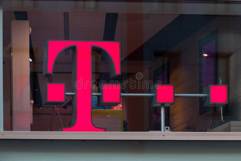 Água de Colônia, Reno-Westphalia norte/Alemanha - 17 10 18: Telekom assina dentro a água de Colônia Alemanha imagens de stock