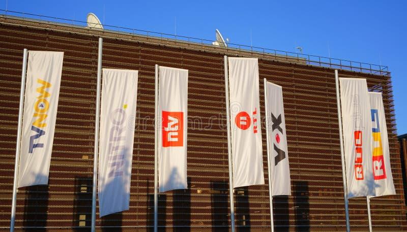 ÁGUA DE COLÔNIA, RHINE-WESTPHALIA NORTE, ALEMANHA - 17 DE JUNHO DE 2019: Bandeiras do canal de televisão do grupo de RTL na água  fotos de stock royalty free