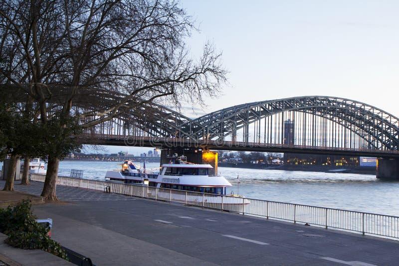 A água de Colônia Ponte de Hohenzollern foto de stock