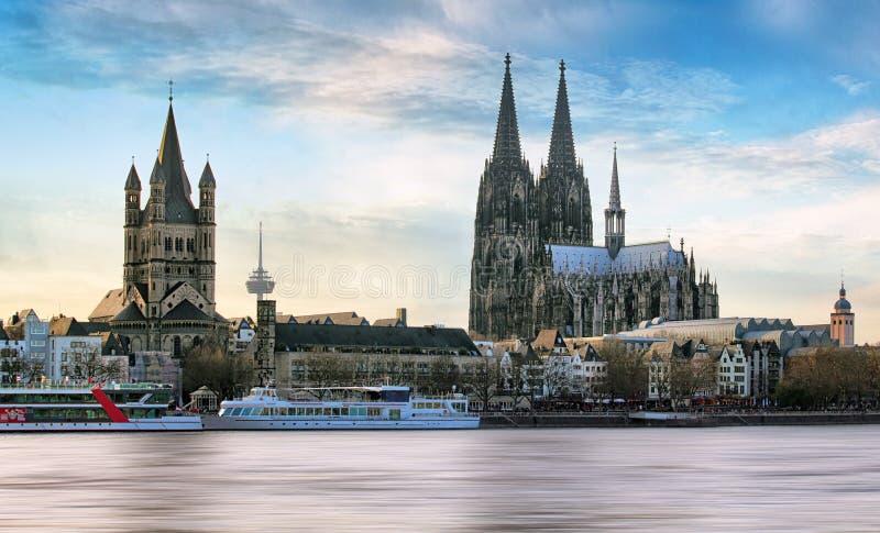 Água de Colônia sobre o Rhine River com o navio de cruzeiros na água de Colônia, alemão fotografia de stock royalty free