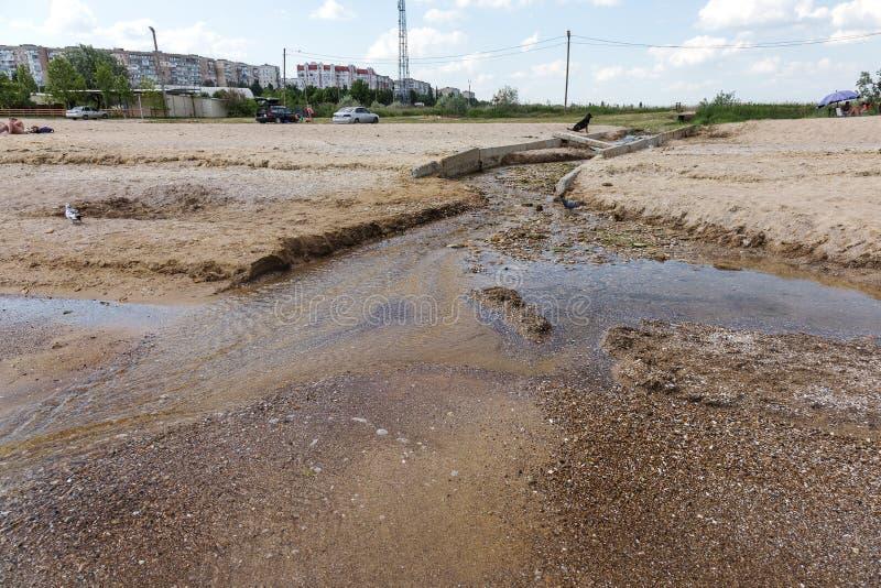 A água de esgoto e o agregado familiar sujos rubbish no rio pequeno, crescimento rápido das causas do canal de irrigação das alga fotografia de stock