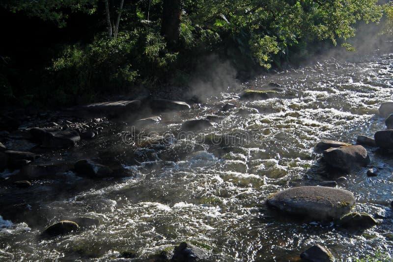 Água de fluxo sobre rochas e pedregulhos fotos de stock