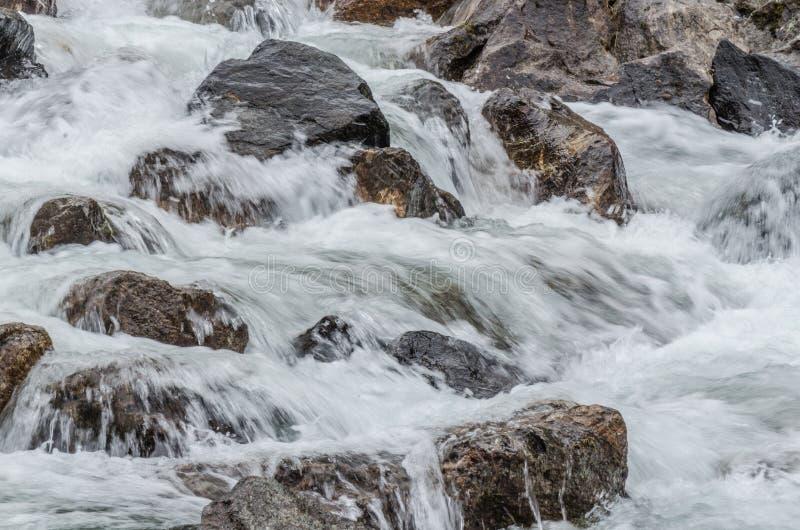 Água de formação de espuma sobre rochas fotos de stock royalty free