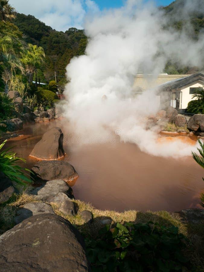 Água de mola quente, lagoa vermelha em Umi Jigoku em Beppu, Oita-shi, Kyu fotos de stock