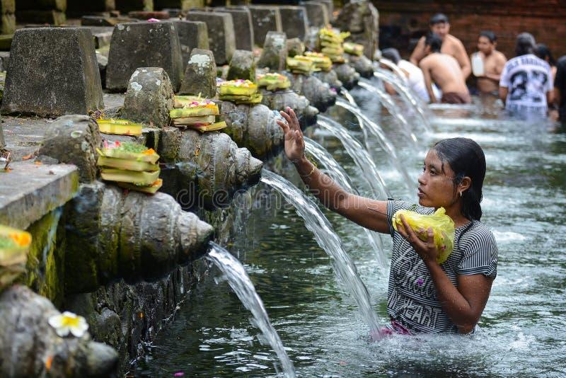 Água de mola santamente no templo de Tirta Empul foto de stock