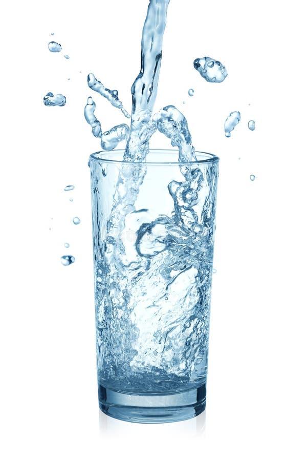 Água de Puring em um vidro imagem de stock