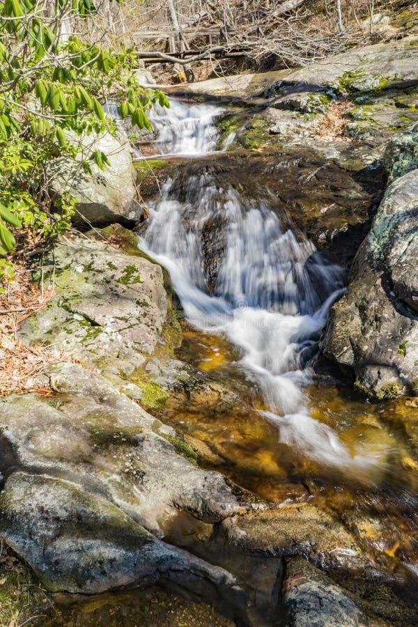 """A água de queda conecta opinião vertical do †"""" fotografia de stock"""