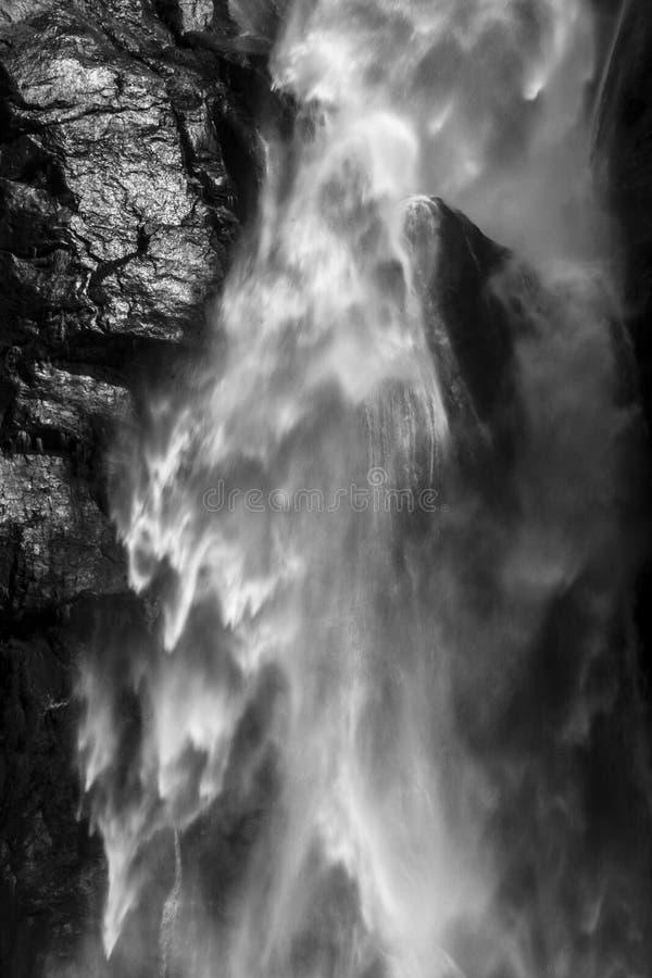 Água de queda, fundo branco e preto da natureza do sumário Cachoeira nos Himalayas imagem de stock