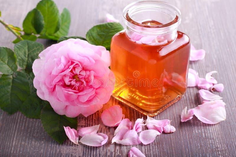 Água de Rosa em um frasco, fotos de stock