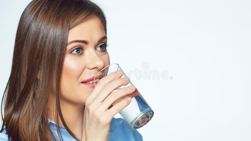 Água de sorriso da bebida da mulher de negócio foto de stock
