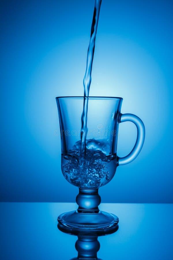 Água de Sprakling Ponto dinâmico, sede que extingue em um dia quente foto de stock royalty free