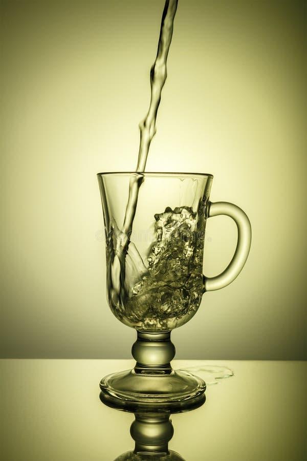 Água de Sprakling Ponto dinâmico, sede que extingue em um dia quente foto de stock