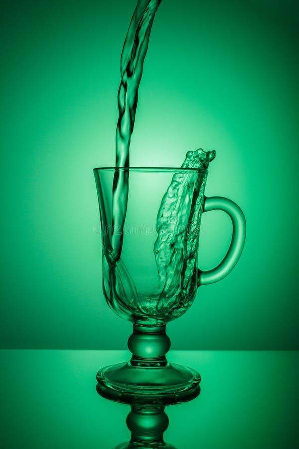 Água de Sprakling Ponto dinâmico, sede que extingue em um dia quente fotografia de stock