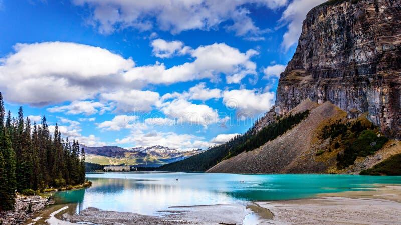 Água de turquesa de Lake Louise no parque nacional de Banff fotografia de stock