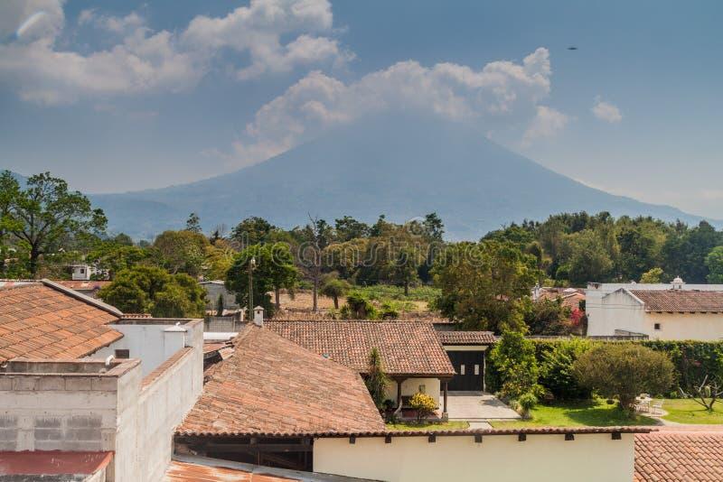 Água de Volcan atrás da cidade da Guatemala de Antígua, Guatemal fotografia de stock