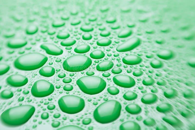 A água deixa cair o verde foto de stock